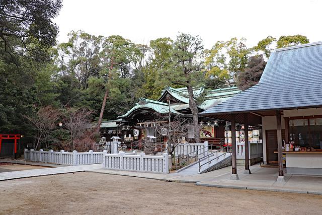 芦屋神社本殿前