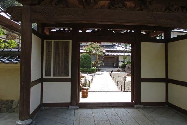 極楽寺・山門先の境内