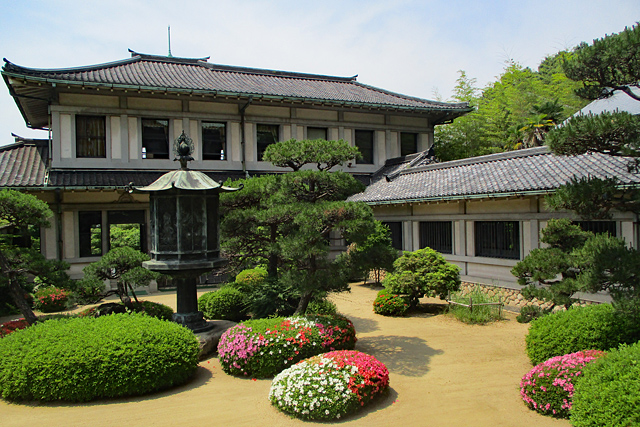 白鶴美術館・本館と庭園