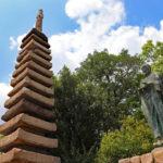 清盛塚|平氏の都跡に残る、十三重石塔と琵琶形の巨石(兵庫名所巡り)