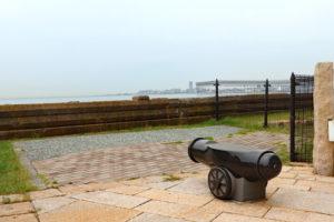 舞子砲台跡・海を向く大砲のベンチ