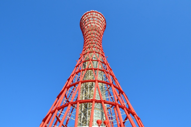 神戸ポートタワーを真下から眺める