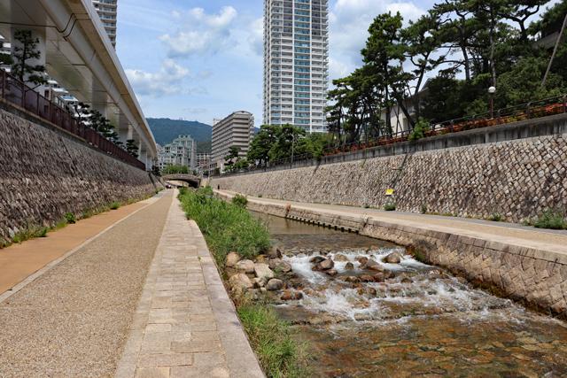 街中を流れる住吉川