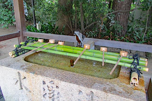 弓弦羽神社・手水舎の八咫烏