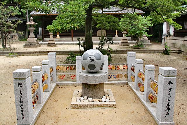 弓弦羽神社・御影石のサッカーボール