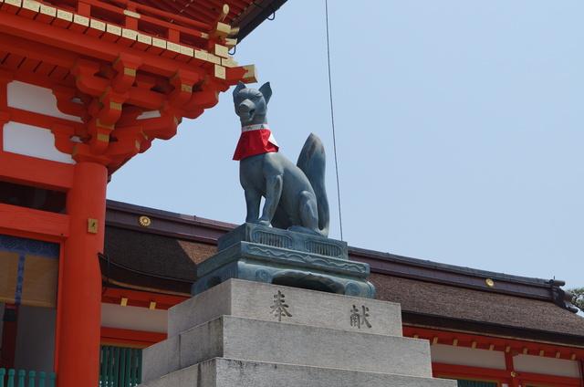 伏見稲荷大社・楼門横の狐