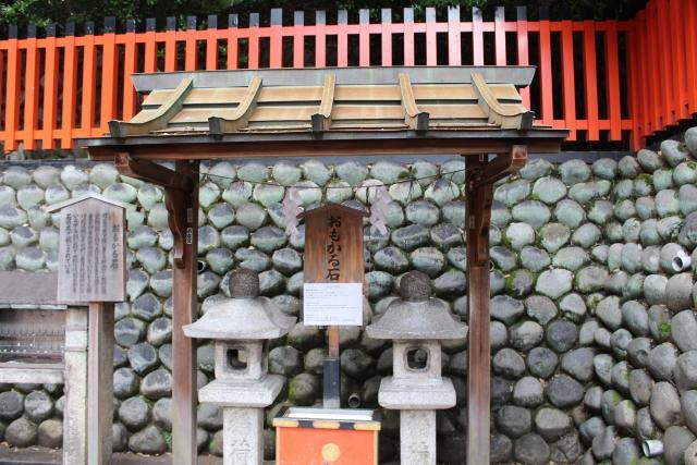 伏見稲荷大社・奥社奉拝所の「おもかる石」
