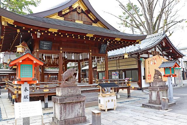 護王神社・拝殿と狛イノシシ