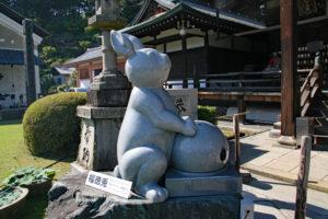 三室戸寺本堂前の福徳兎