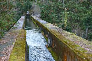 水路閣の疏水の流れ