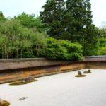 龍安寺|白砂の上に、意味ありげに置かれた15個の石(京都名所巡り)