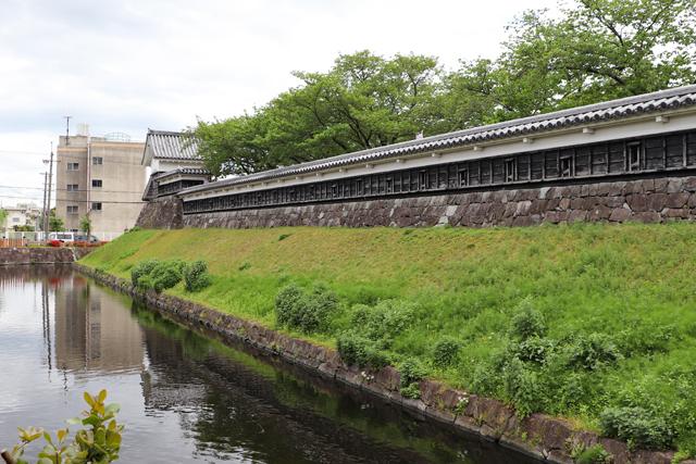 勝龍寺城・堀と土塀