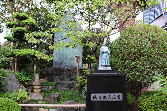 史跡寺田屋・石碑と龍馬像
