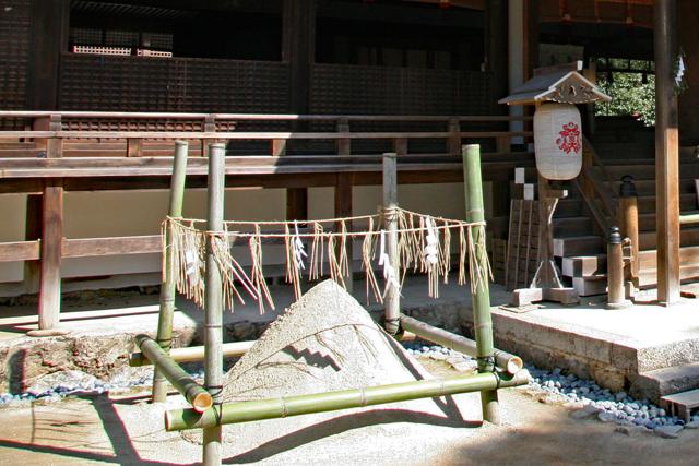 宇治上神社拝殿前・清め砂