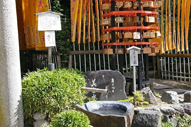 八坂神社末社・美御前社の美容水