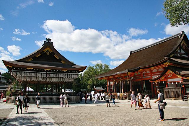 八坂神社境内(本殿と舞殿)