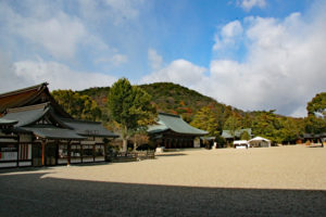 畝傍山を背に立つ社殿