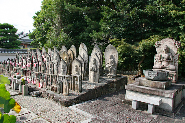 喜光寺境内の石仏