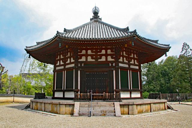 猿沢池から興福寺五重塔を眺める