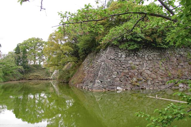 郡山城跡の堀と石垣