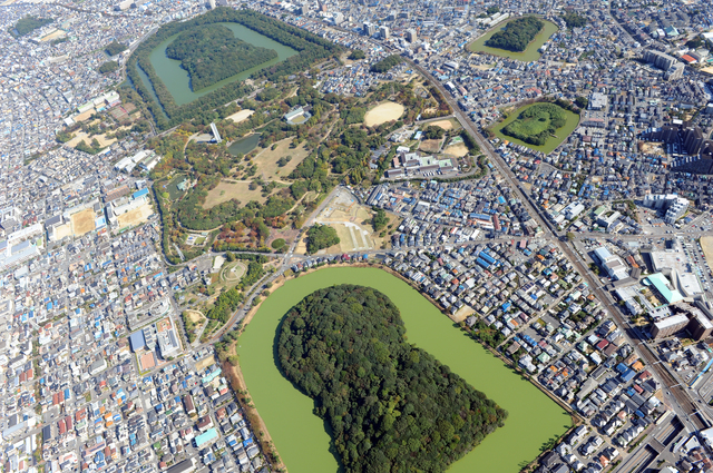 巨大古墳に挟まれた大仙公園