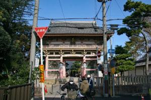 街中に立つ葛井寺
