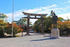 豊國神社・鳥居前の秀吉像