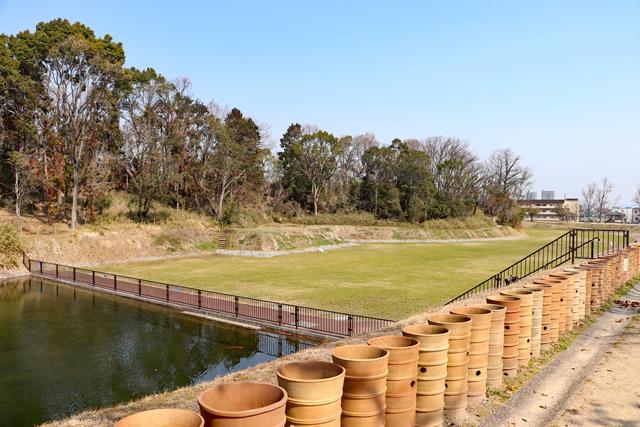 今城塚古墳・内濠と芝生公園