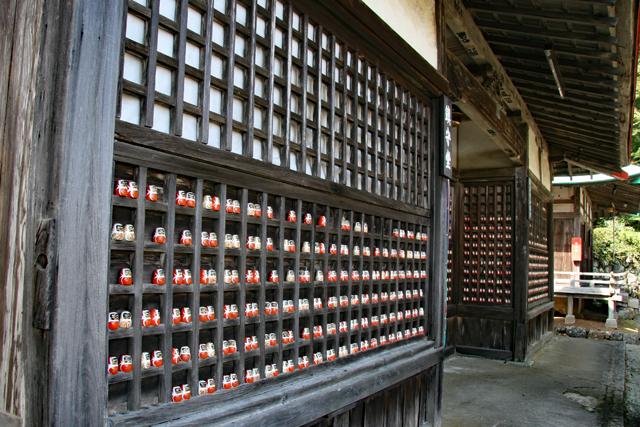 勝尾寺・鎮守堂の小ダルマ