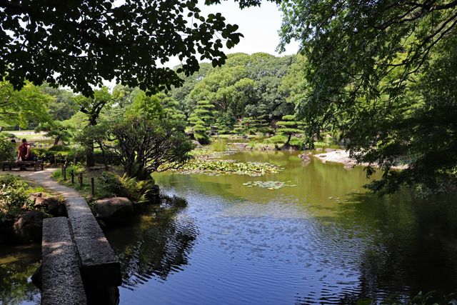 慶沢園・大池の畔