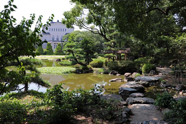 慶沢園・大池と大阪市立美術館