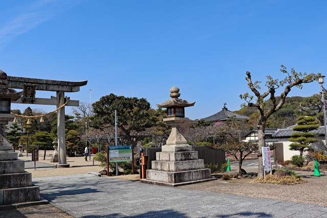 誉田八幡宮(左)と応神天皇陵(右)