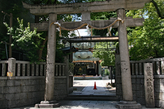 難波八阪神社・鳥居から境内