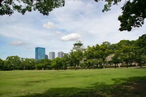 芝生広がる西の丸庭園