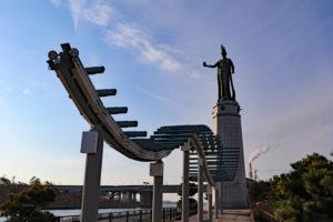 港内緑地に立つ龍女神像