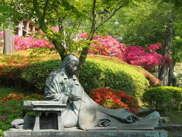 石山寺境内と紫式部像