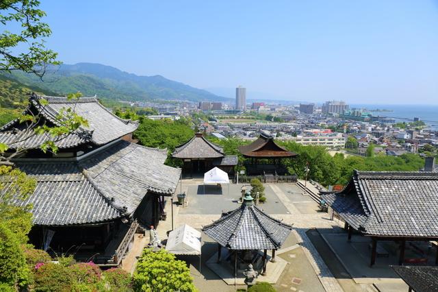 観音堂周辺から三井寺境内を望む